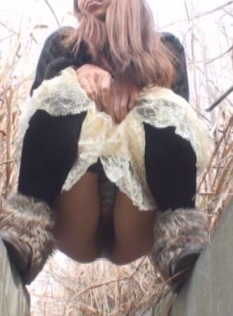 溝を跨ぎ野小便する女を尻から眺めてみる